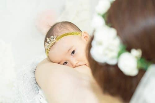 左上から見た赤ちゃんの授乳シーン