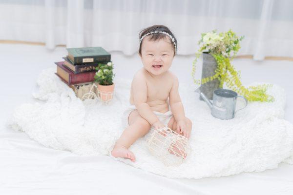 ヘアバンドをして笑う赤ちゃん