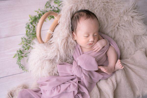 リボンに包まれた赤ちゃん