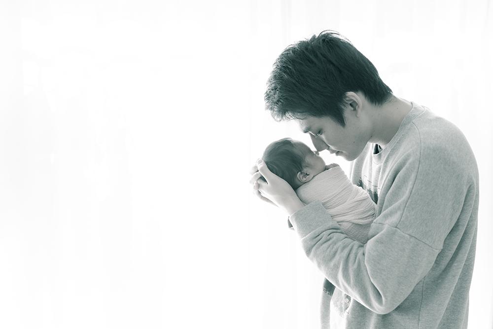 モノクロ お父さんと赤ちゃん