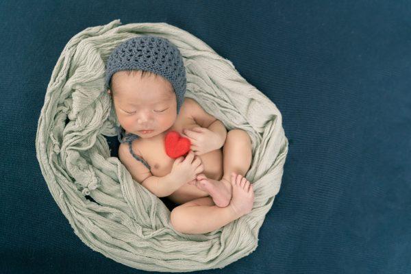 ハートを胸に抱く赤ちゃん